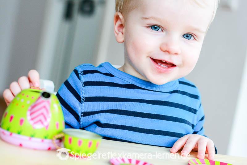 Kleinkind fotografiert mit einer Einsteiger-Spiegelreflexkamera